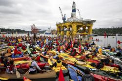 Artic Drilling kayaktivists vs Shell Polar Pioneer (photo Backbone Campaign)